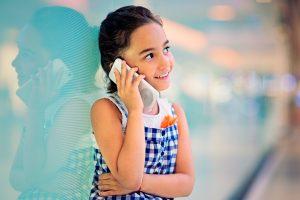 enfant utilisant un smartphone
