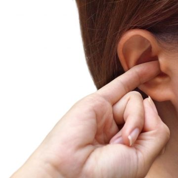 Quelles sont les raisons qui peuvent conduire à un sifflement de l'oreille gauche ?
