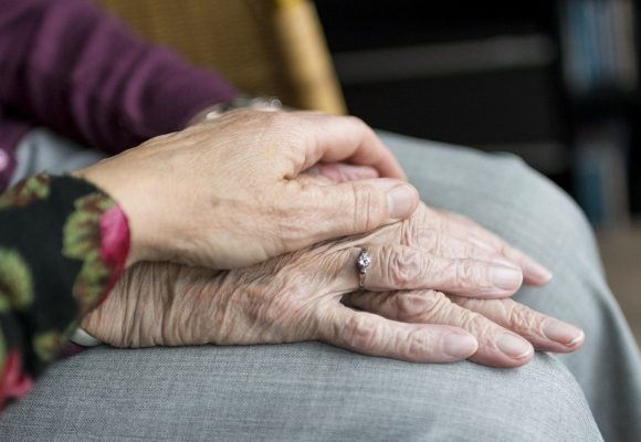 Comment éviter l'EHPAD pour mon proche âgé et dépendant ?